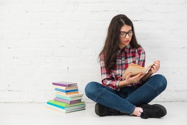 Portret nastoletnia dziewczyna z książką