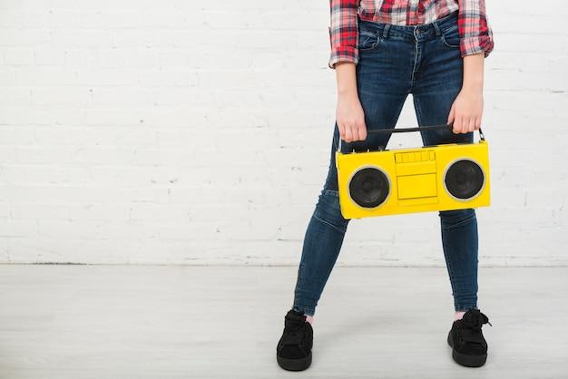 Portret nastoletnia dziewczyna z muzycznym pojęciem