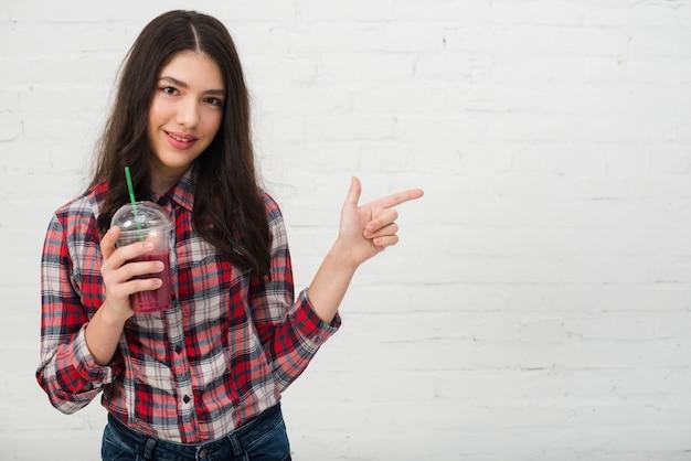 Portret nastoletnia dziewczyna z smoothie