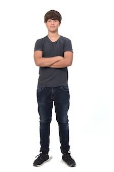 Portret nastoletniego chłopca na białym tle ze skrzyżowanymi rękami