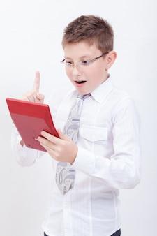 Portret nastoletniego chłopca z kalkulatorem