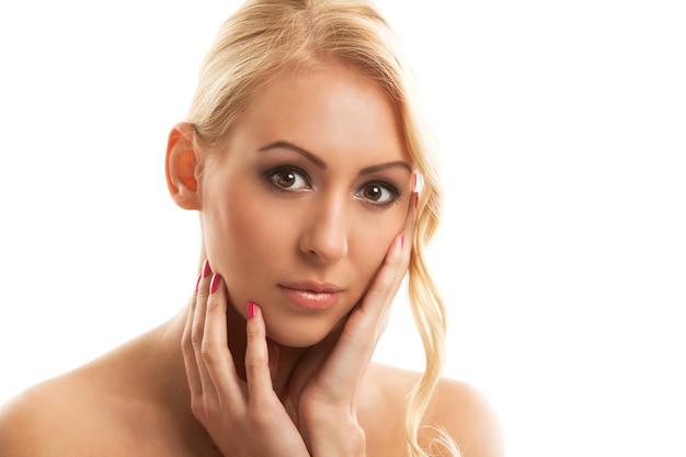 Portret naturalnej młodej kobiety