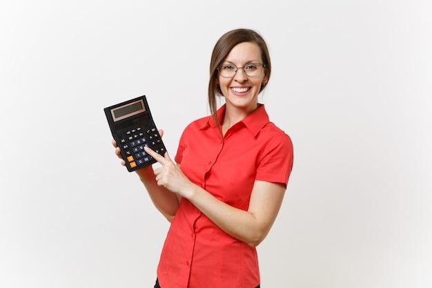 Portret nauczyciel biznesu lub księgowa kobieta w czerwonej koszuli, okulary, trzymając kalkulator w ręce na białym tle. nauczanie edukacji na uniwersytecie w liceum, koncepcja liczenia rachunkowości.