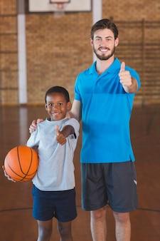 Portret nauczyciel sportowy i uczeń pokazuje aprobaty