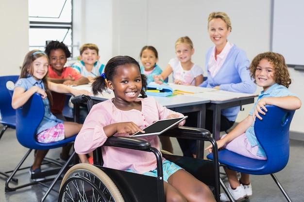 Portret nauczyciela i dzieci w klasie