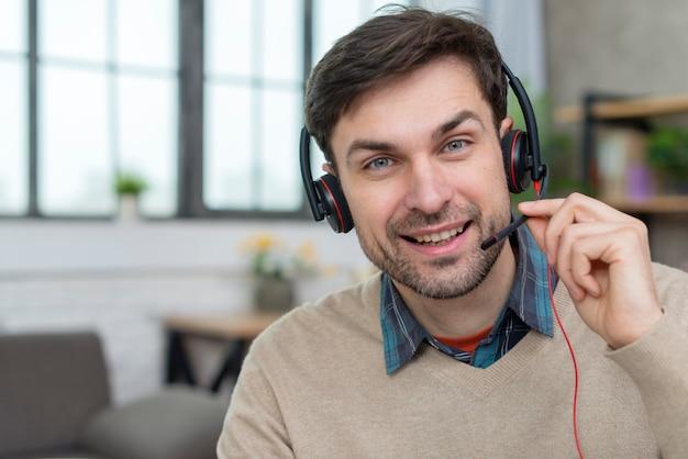 Portret nauczyciela prowadzącego seminarium internetowe