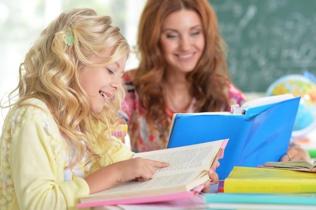 Portret nauczyciela z dziewczyną na lekcji