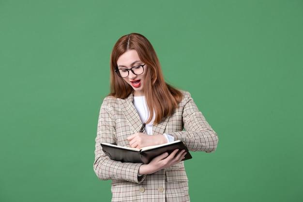 Portret nauczycielki z notatnikiem na zielono