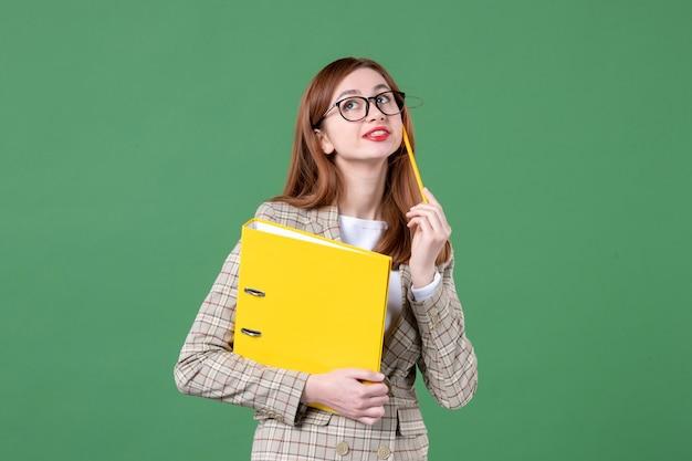 Portret nauczycielki z żółtymi plikami na zielono