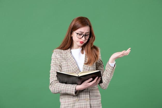 Portret nauczycielki zapisującej notatki na zielono