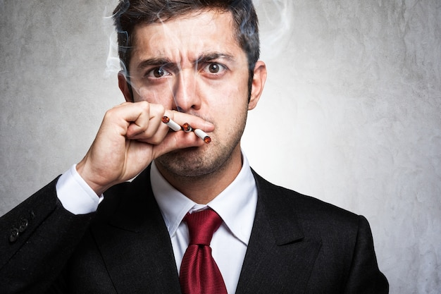 Portret nerwowy mężczyzna dymi dużo papierosy