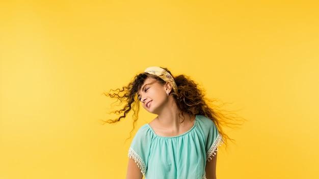 Portret niefrasobliwe, szczęśliwa brunetka dziewczyna z rozwianymi włosami. słodka emocjonalna dama z zachwyconym wyrazem twarzy.