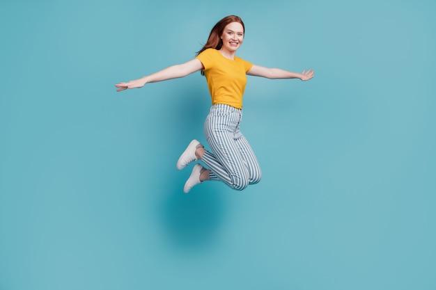 Portret nieostrożnej marzycielskiej inspirowanej damy skaczącej samolotem pozowanie na niebieskim tle