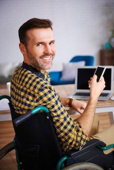 Portret niepełnosprawnego biznesmena w biurze