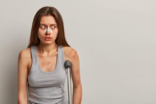 Portret niepełnosprawnej kobiety ma wypadek w miejscu pracy