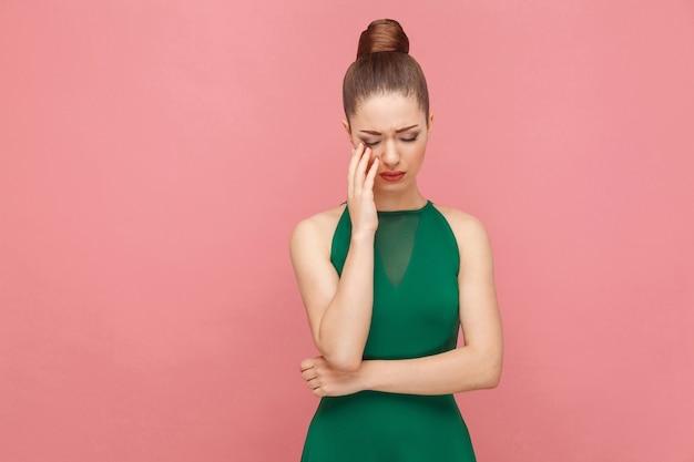 Portret nieszczęśliwej smutku kobiety z płaczem zebranych włosów