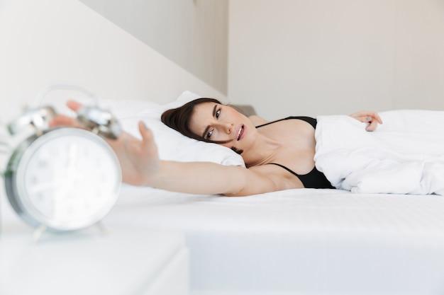 Portret niezadowolona kobieta kłaść w łóżku