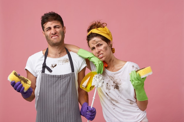 Portret niezadowolonych pracowników sprzątających