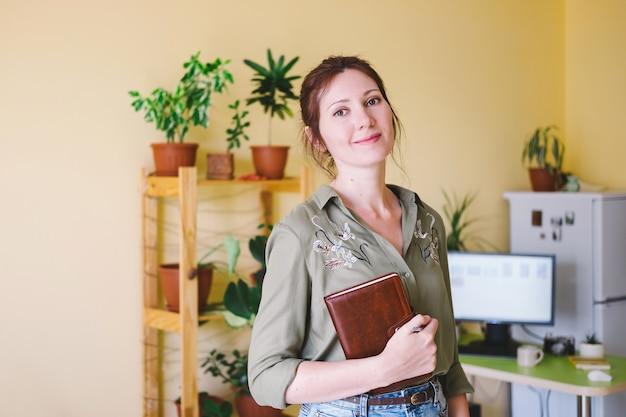 Portret niezależna przedsiębiorca kobieta pracuje w domu