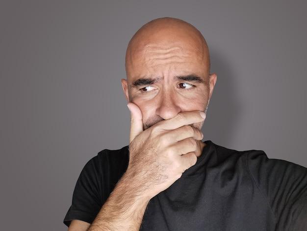 Portret niezdecydowanego mężczyzny, zakłopotanego, zamyślonego i zmartwionego