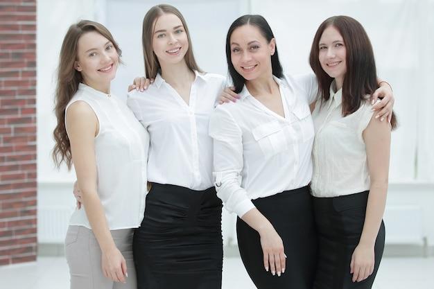 Portret nowoczesnego zespołu biznesowego wewnątrz biurowca