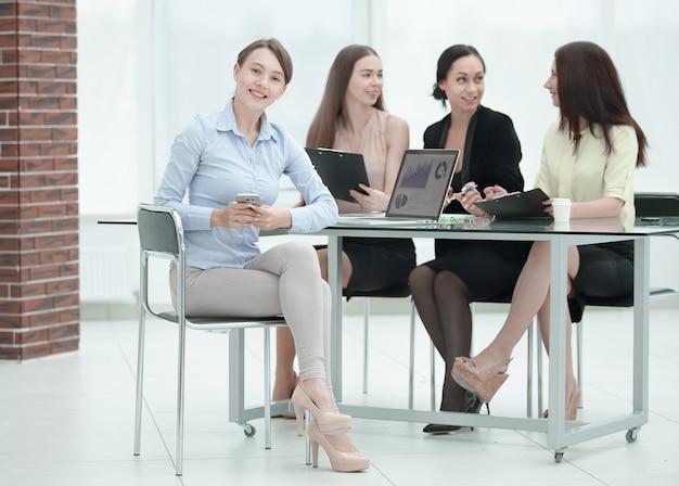 Portret nowoczesnej kobiety biznesu przy biurku.