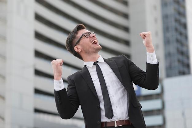 Portret nowoczesny człowiek szczęśliwy