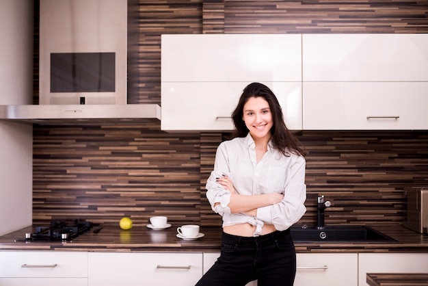 Portret nowożytna kobieta w domu