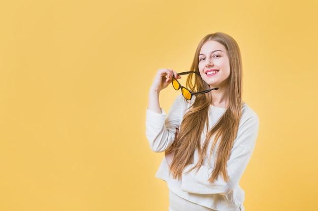 Portret nowożytna kobieta z okularami przeciwsłonecznymi