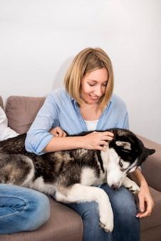 Portret nowożytna kobieta z psem w domu