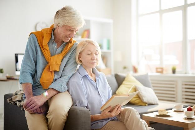 Portret nowożytna starsza para w domu