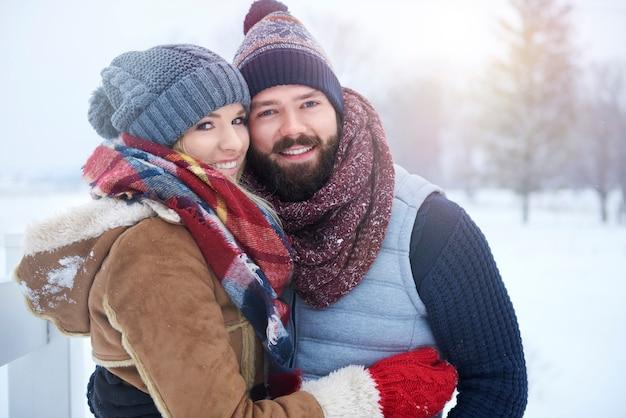 Portret obejmując para zakochanych
