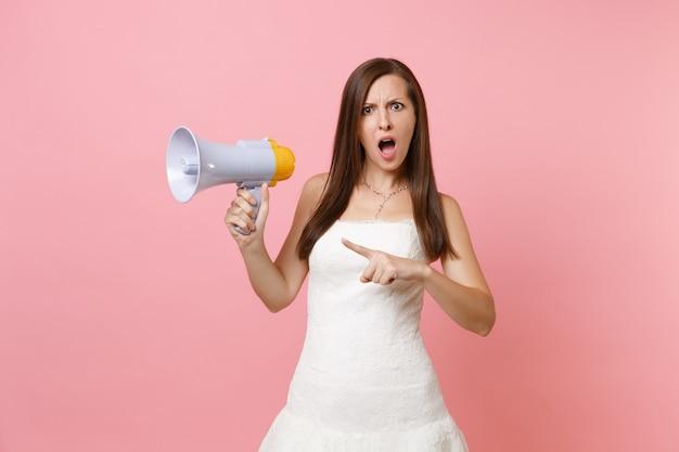 Portret oburzonej kobiety w białej sukni trzyma megafon, wskazując palcem wskazującym na bok
