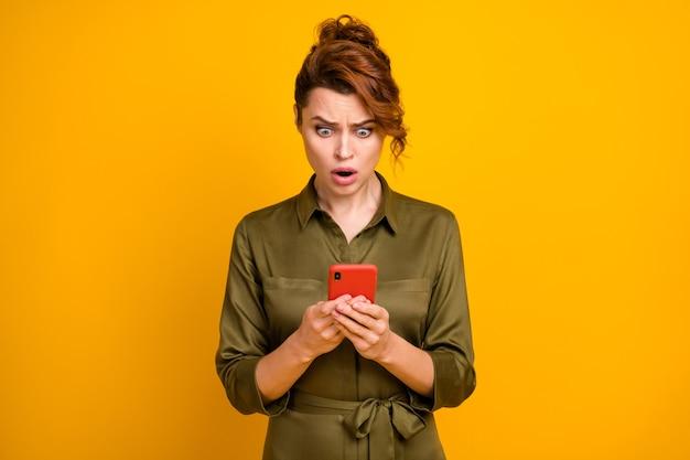 Portret oburzonej zmartwionej dziewczyny korzystającej z urządzenia do przeglądania fałszywych wiadomości