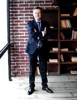 Portret odnoszącego sukcesy biznesmena na tle biura
