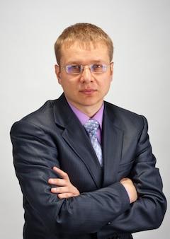 Portret odnoszącego sukcesy biznesmena ze skrzyżowanymi rękami