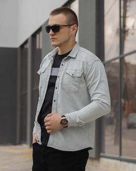 Portret odnoszącego sukcesy dorosłego biznesmena w okularach z białą koszulą i drogim zegarku