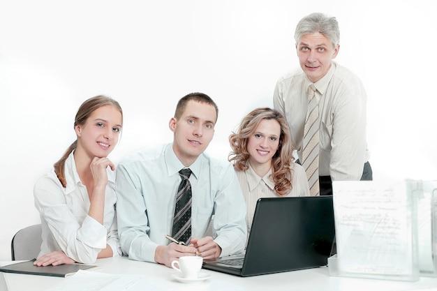 Portret odnoszącego sukcesy zespołu biznesowego w miejscu pracy w biurze