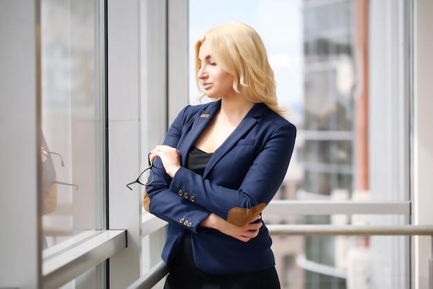 Portret odnoszącej sukcesy bizneswoman na tle okna