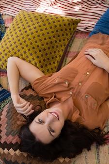Portret odpoczywa w namiocie kobieta