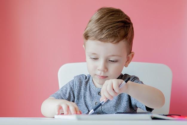 Portret odrabiania lekcji ładny dzieciak chłopiec