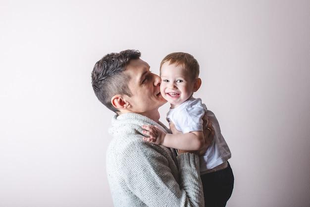Portret ojca i syna dziecka. ojcostwo, miłość i ochrona dzieci. rodzina i ciągłość pokoleń