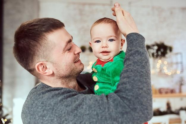 Portret ojca z synkiem, uśmiechają się