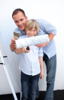 Portret ojciec i jego chłopiec odnawi dom