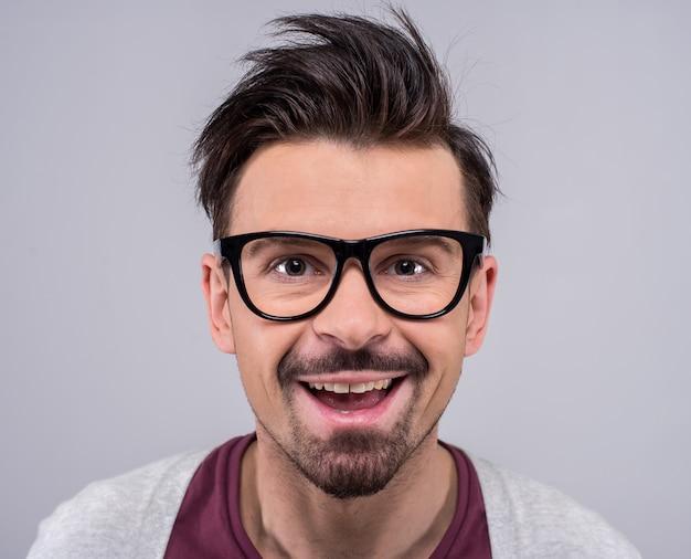 Portret okularowy człowiek patrzy w kamerę.