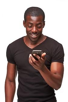 Portret opowiada na telefonie afrykański mężczyzna