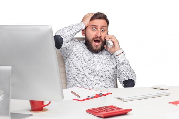Portret opowiada na telefonie komórkowym w biurze biznesmen