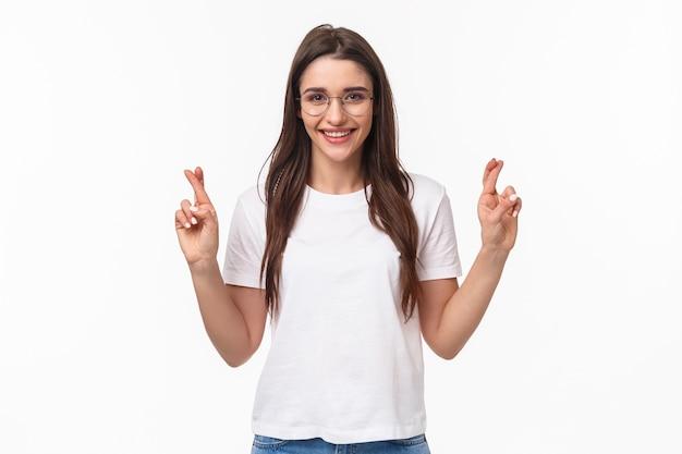 Portret optymistycznej dziewczyny wierzą, że marzenia się spełniają, nosić okulary