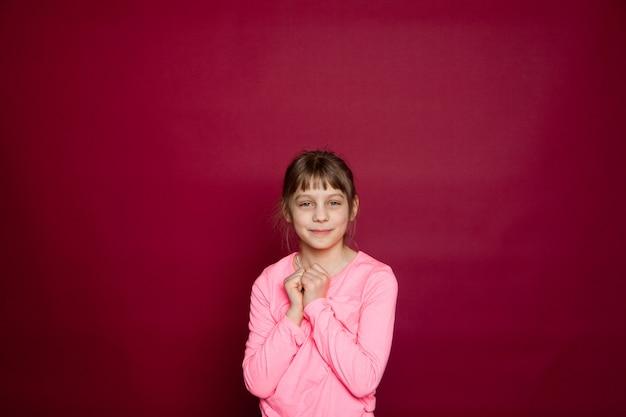 Portret ośmioletniej dziewczynki z różową bluzką