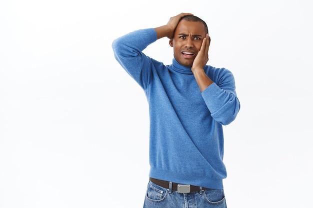 Portret paniki, młodego, niespokojnego, zakłopotanego afroamerykańskiego mężczyzny